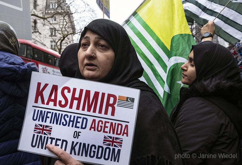 1587965Kashmiri_protestLR